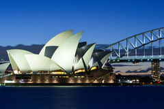 Sydney Opera House på skymning Arkivfoton