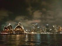 Sydney Opera House - passagem perto fotografia de stock