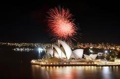 Sydney Opera House recibe los fuegos artificiales increíbles muestra con reflexiones en el puerto Foto de archivo libre de regalías