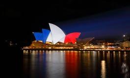 Sydney Opera House se encendió para arriba en colores franceses de la bandera Imagen de archivo libre de regalías