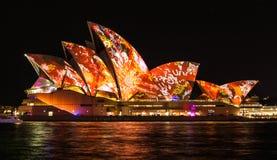 Sydney Opera House seglar tänder upp under livlig 2016 royaltyfria bilder