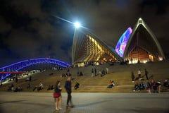 Sydney Opera House som är upplyst med färgglat ljust designbildspråk Arkivbild