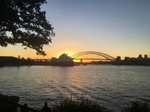 Sydney Opera House- und Hafenbrücke bei Sonnenuntergang lizenzfreie stockfotografie