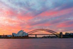 Sydney Opera House- und Hafenbrücke bei Sonnenuntergang Stockfoto
