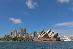 Sydney Opera House- und Sydney-Skyline Lizenzfreie Stockfotos