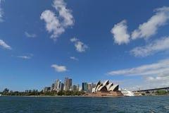 Sydney Opera House- und Sydney-Skyline Lizenzfreies Stockbild