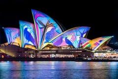 Sydney Opera House under den livliga Sydney festivalen Arkivfoto
