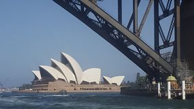 Sydney Opera House visto no fundo da ponte do porto, Sydney NSW foto de stock