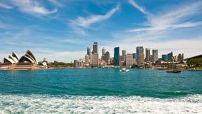 Sydney Opera House y distrito financiero con el ferrocarril circular de Quay fotos de archivo