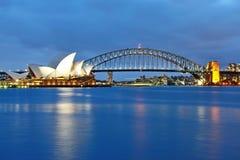 Sydney Opera House y el puente icónico del puerto Foto de archivo libre de regalías