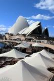 Sydney Opera onder Blauwe Hemel Stock Afbeeldingen