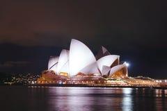 Sydney opera przy nocą sławny punktu zwrotnego budynek Aus Fotografia Royalty Free