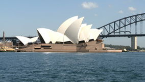 Sydney Opera und Hafen-Brücke stock video