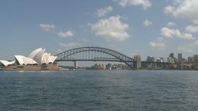 Sydney Opera und Hafen-Brücke stock video footage