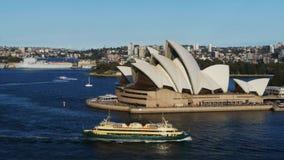 Sydney-Opernhaus und die männliche Fähre stock video
