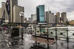 SYDNEY - 25 OTTOBRE: Lungomare di Ccircular Quay, pilastri a nuvoloso Immagine Stock Libera da Diritti