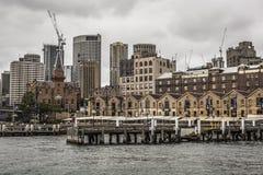 SYDNEY - 25 OTTOBRE: Lungomare di Ccircular Quay, pilastri a nuvoloso Immagini Stock Libere da Diritti
