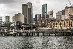SYDNEY - 25 OTTOBRE: Lungomare di Ccircular Quay, pilastri a nuvoloso Fotografie Stock Libere da Diritti