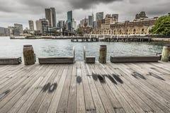 SYDNEY - 25 OTTOBRE: Lungomare di Ccircular Quay, pilastri a nuvoloso Fotografia Stock Libera da Diritti