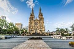 SYDNEY, PAŹDZIERNIK - 27: Stmary katedralny kościół z niebieskim niebem ja Zdjęcie Royalty Free