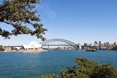 Sydney - ponte e teatro dell'opera del porto fotografie stock libere da diritti