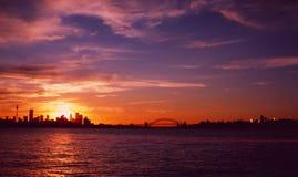 Sydney-` s Sonnenuntergang-Skyline vom Ozean lizenzfreie stockfotos