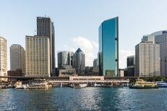 Sydney-` s zentrales Geschäftsgebiet CBD und Kreis-Quay-Fährhafen in Sydney, Australien stockfoto