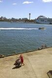 Sydney, Santa sont sur une promenade. Image libre de droits