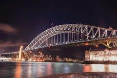 Sydney schronienia most przy nigh, molo 2 Stal przez łękowatego brid Fotografia Stock