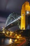 Sydney schronienia most przy nocą, iluminującą światłami z długim ujawnienie ogonem zaświeca od samochodu, Fotografia Stock