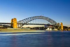 Sydney schronienia statek w ruch plamie przy zmierzchem i most Fotografia Royalty Free