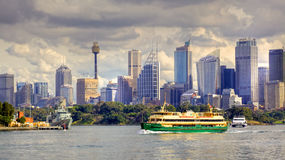 Sydney Skyline et ferry Photos stock