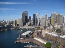 Sydney Skyline från den runda kajen Arkivbild