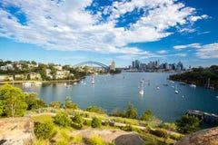 Sydney Skyline från Waverton halvöreserv Arkivbild