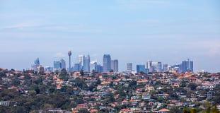 Sydney Skyline med hus i förgrunden royaltyfri bild