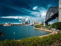 Sydney Skyline mit Hafenbrücke und -Opernhaus Stockfotografie