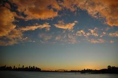 Sydney-Skyline mit Sonnenuntergangwolken Stockfotos