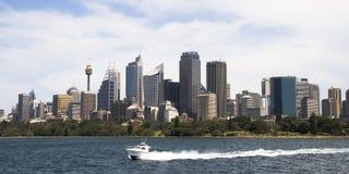 Sydney-Skyline und Boot Lizenzfreie Stockfotos
