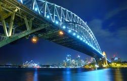 Sydney Skyline y puente del puerto en la noche Fotos de archivo libres de regalías