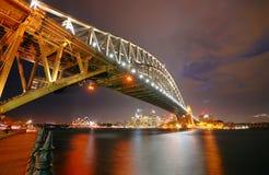 Sydney Skyline y puente del puerto en la noche fotos de archivo
