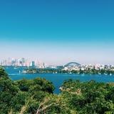 Sydney stadsgränsmärken från den Taronga zoo arkivbild