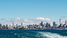 Sydney stadshorisont som sedd form havet royaltyfria bilder
