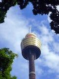 Sydney Tower With Hazy Clouds e céu azul, Austrália imagens de stock royalty free