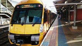 Sydney Train - Warten auf die Passagiere Lizenzfreie Stockfotos