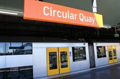 Sydney Trains på den runda kajplattformstationen i Sydney, Austr Fotografering för Bildbyråer