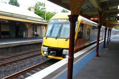 Sydney Trenuje przyjeżdżać przy Stanmore dworca Nowymi południowymi waliami Australia zdjęcie royalty free