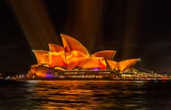 Sydney viva accende il teatro dell'opera nel colore vibrante ed in picchiettio fotografia stock