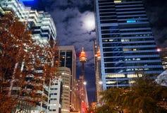 Sydney Westfield Tower fra Sydney& x27; Highrises di s su una notte nuvolosa fotografia stock