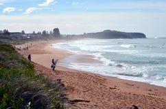 Sydneysiders die op de koudste dag surfen dit jaar Royalty-vrije Stock Fotografie