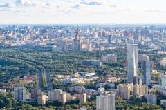 Sydväster av Moskva med MSU-universitetbyggnad royaltyfria bilder